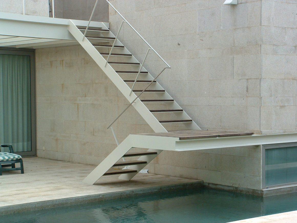 Escalera exterior piscina