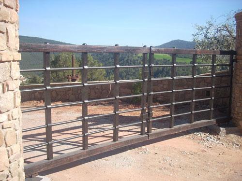Puerta exterior valla