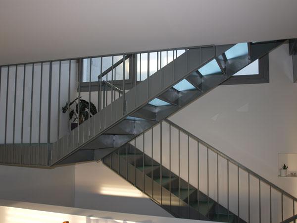 Escalera dos pisos con baranda